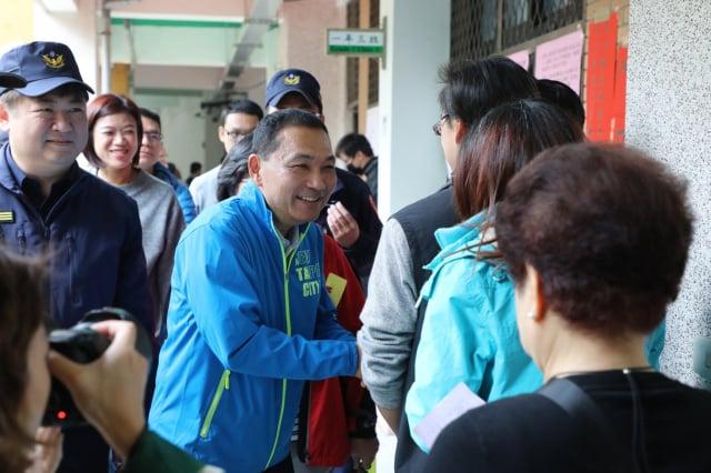 綠營智庫11日發布新北市長選舉民調,現任市長侯友宜(左2)滿意度民調高達81.2%、僅7%不滿意、11.8%無明確意見。圖為資料照。(新北市新聞局提供)