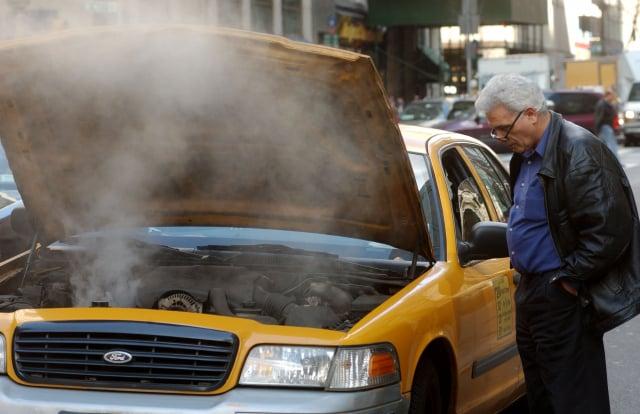 過熱的汽車引擎。(Spencer Platt/Getty Images)