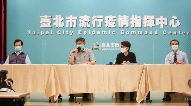 臺北市長柯文哲(左2)召開防疫因應記者會,宣布北市啟動準第3階段防疫措施,副市長黃珊珊(右2)等人出席。(中央社)