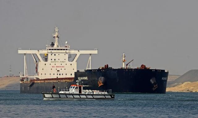 為避免運河航道再有船隻擱淺堵塞情況再度發生,埃及政府宣布,將拓寬蘇伊士運河南段,使其具備雙向通行的能力。 圖為在蘇伊士運河航行的船隻。(TAREK WAJEH/AFP via Getty Images)