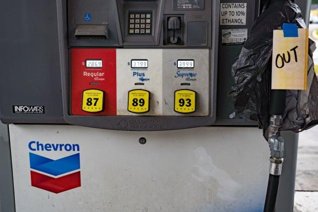 美國燃油管線運輸商遭駭客攻擊後,全美油價或上漲至六年多來的高峰。圖為5月11日,喬治亞州亞特蘭大的一處加油站汽油售罄。(Megan Varner/Getty Images)