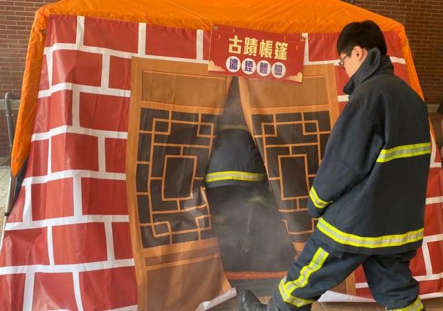 文興高中學生在大葉大學消防學程的帶領下,體驗古蹟帳篷濃煙。(大葉大學提供)
