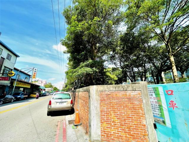 大雅國中鄰學府路250巷道路的圍牆因黑板樹多處根部隆起,造成側門口設施歪斜,圍牆傾斜破裂,牆外居民緊鄰停車,有礙人車通行。