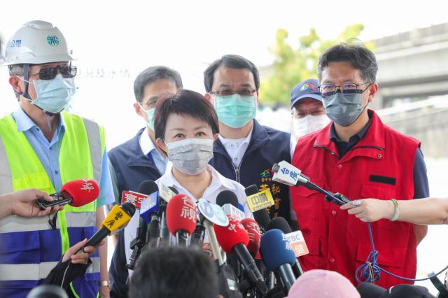 市長盧秀燕於5月14日前往中央公園視察表示,面對56年來最嚴峻旱象,臺中目前供五停二預計維持到5月底。(臺中市政府提供)