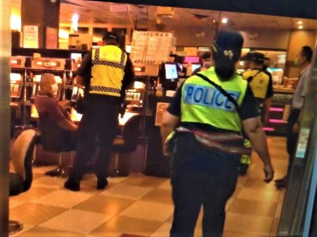 中市警局動員10分局,連日鎖定電子遊戲場「實聯制」,呼籲八大行業及民眾配合。(臺中市警局提供)