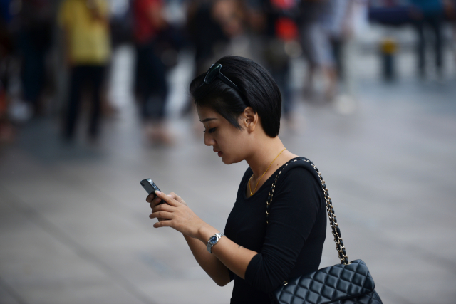 「學習強國」App再爆詐騙醜聞,目標針對單身女子,被騙金額高達幾十萬至上百萬元。示意圖。(PETER PARKS/AFP/Getty Images)