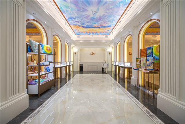 全球第一家神韻精品店Shen Yun Collections,空間設計採用西方劇院與音樂廳的古典建築空間語彙,創造典雅大方的藝術氛圍。(華彩精品提供)