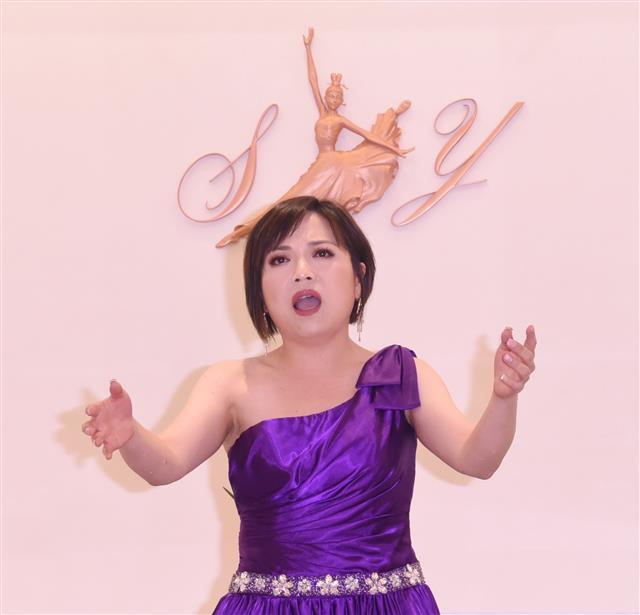 神韻精品店Shen Yun Collections開幕茶會,邀請女高音聲樂家黃嘉怡演唱神韻原創聲樂曲。(攝影/黃宗茂)