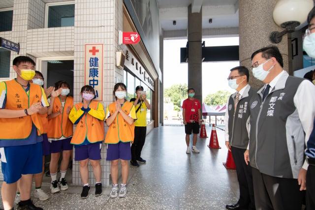 鄭文燦市長與學生志工互動。