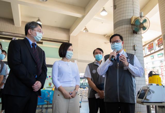鄭文燦市長視察客運場站防疫作為,呼籲民眾遵守戴口罩及落實飲規定,防疫對策做到位。(桃園市府新聞處提供)