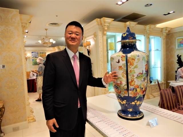 創立311年的麥森瓷工坊,今年大型創作「古城春色」,為麥森紀錄中最大瓶身。