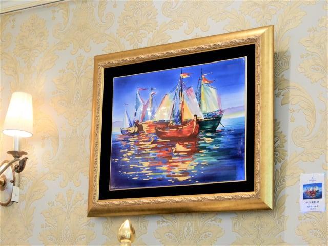 壁畫「千江風帆過」用瓷畫方式燒製出油畫的效果。