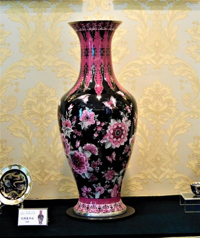 巨作「花開萬年枝」高80公分、重達15公斤,展現18世紀東方繪畫風格。