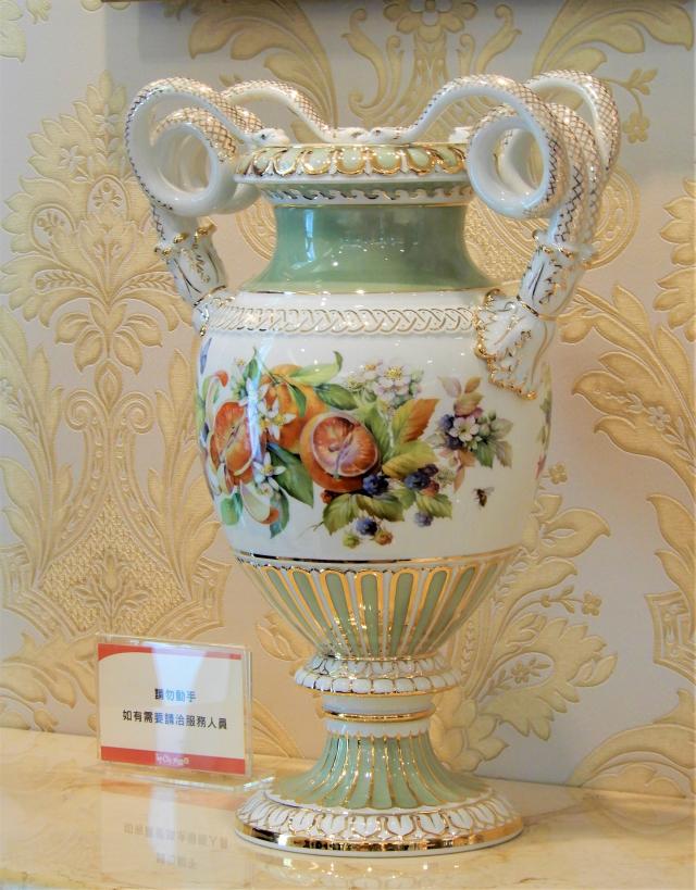 「繽紛花果」花瓶將花卉之美與蛇柄花瓶進行了完美的結合。