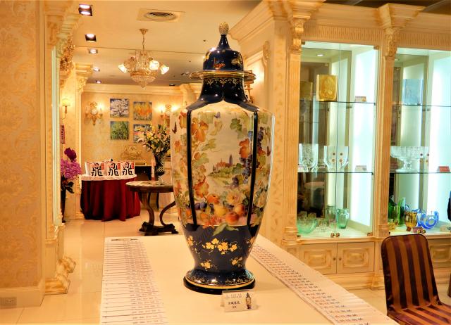 創立311年的麥森瓷工坊,今年大型創作「古城春色」,為麥森紀錄中最大瓶身。(記者黃玉燕/攝影)