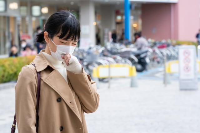 慢性咳嗽、過敏性鼻炎、氣喘的患者,可用兩個方法判斷是否為舊疾復發。(ShutterStock)