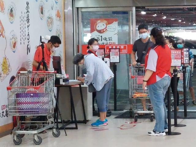 賣場從入口就要求消費者實聯制、量體溫、手部消毒,並進行人流管制。