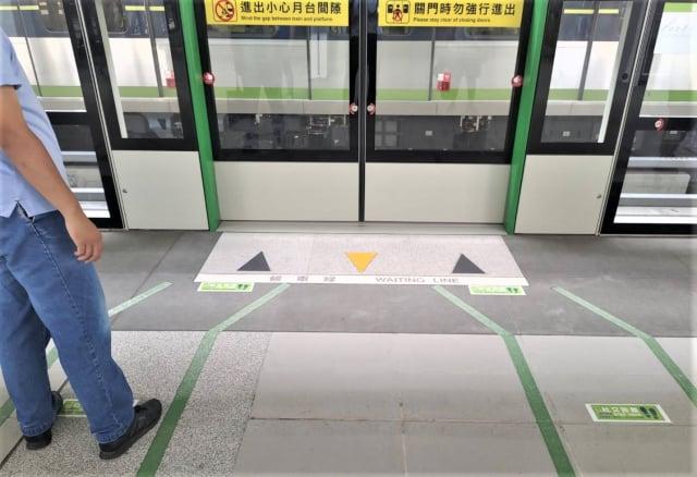臺中捷運綠線,市政府站月台張貼排隊距離標示,請旅客分散候車。