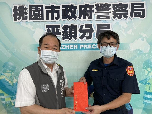 桃市警局長陳國進,代表署長慰勉平鎮警防疫辛勞。