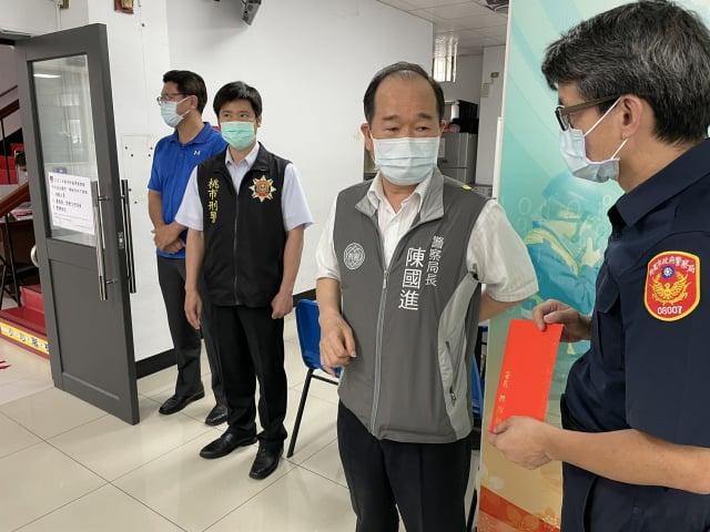 桃市警局長陳國進,代表署長慰勉平鎮警防疫辛勞。(平鎮警分局 提供)