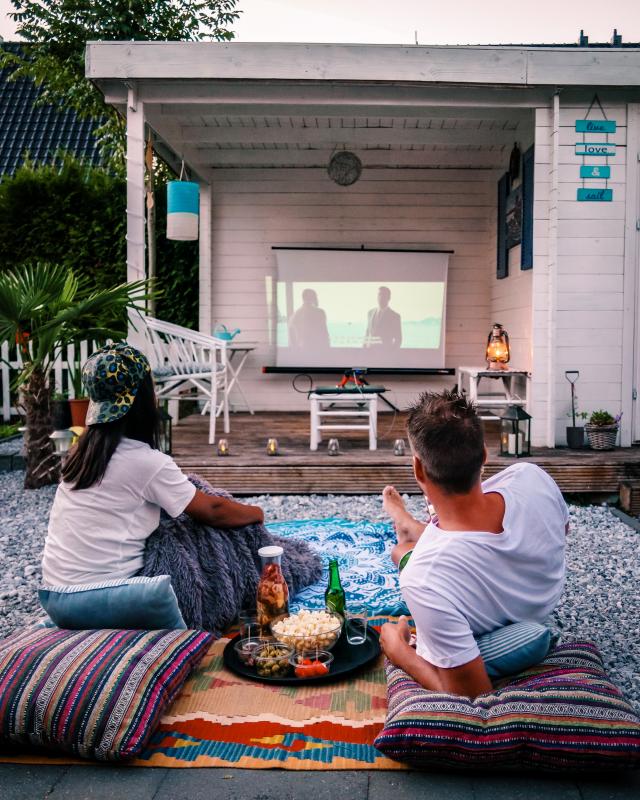 在自家屋外休閒區野餐,還可觀看戶外電影。(Shutterstock)