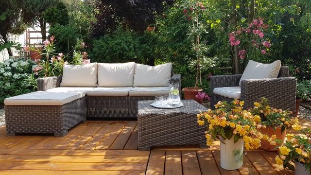 茂密樹叢遮擋了外界和陽光,讓人懶洋洋椅靠著沙發,捨不得離開家。(Shutterstock)