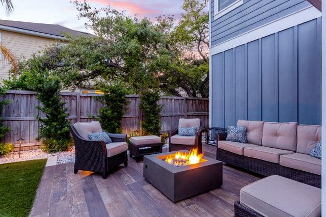 設置戶外「火池」,冬天在屋外能取暖,也能烹飪烘烤。(Shutterstock)