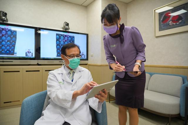 聯新國際醫院國際醫療中心主任吳政哲醫師示範視訊診療門診。(聯新國際醫院提供)