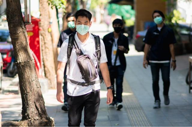 臺灣疫情急速升溫,如果擔心接觸過確診者,要勤洗手、戴口罩,並避免群聚。(Shutterstock)