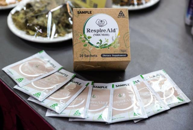 「清冠一號」通過授權十種中藥材組成,將加入抗疫治療輕症。(中央社)