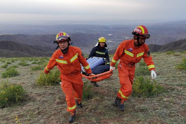甘肅馬拉松發生選手死亡事件,圖為搜救人員。(STR/AFP via Getty Images)
