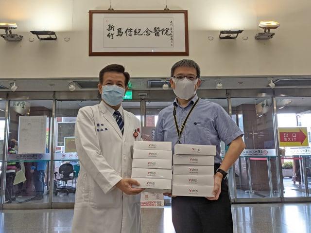 漢民科技副總劉順吉(右)捐贈新竹馬偕醫院副院長蔡維謀(左)COVID-19抗原檢測試劑。(漢民科技提供)