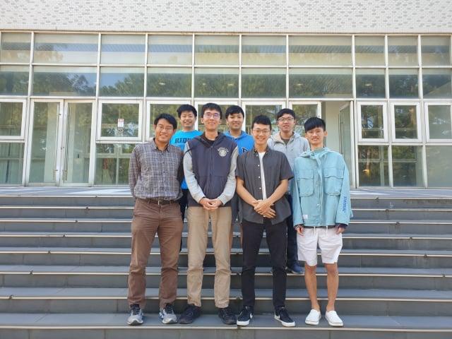 清華資工系副教授周志遠(前排左起)帶領學生王子文、張承勛、蕭亦程、牟展佑(後排左起)、蔣立元、黃文遠勇奪ASC世界大學生超級電腦大賽冠軍。(清華大學提供)