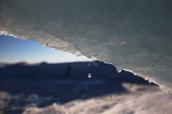 觀測數據顯示,海平面上升與大氣中的溫室氣體含量無關。圖為格陵蘭島的冰蓋,攝於2013年7月17日。(Joe Raedle/Getty Images)