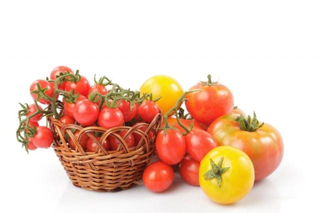 生吃番茄主要是攝取膳食纖維、維生素C等營養素。而茄紅素屬脂容性營養,和油脂一同吃進體內,才容易被吸收,產生保健效果。(123RF)