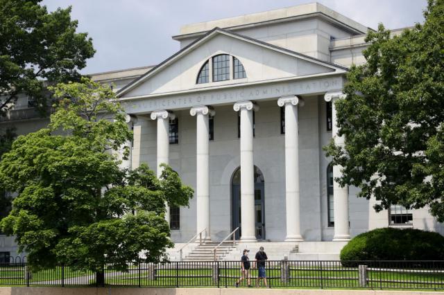 《華爾街日報》呼籲,美國最高法院應受理哈佛大學招生歧視案,重塑種族平等原則。圖為哈佛大學校園。(Maddie Meyer/Getty Images)