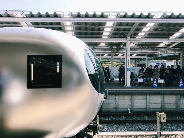 銀色流線型的車頭,有別於過往我們對於電車的印象。(山岳文化提供)