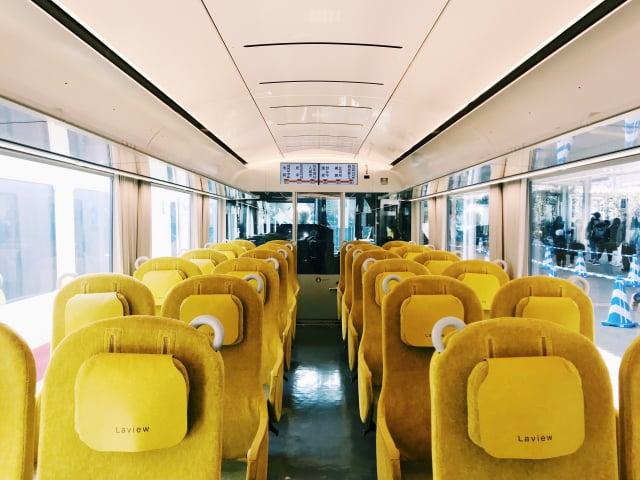 暖黃色的座椅與白色的照明、拉簾。(山岳文化提供)