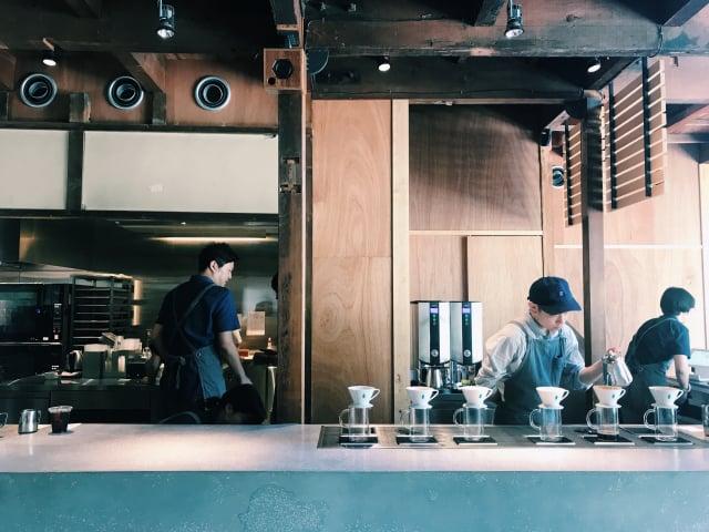 原有建築的舊姿態加上現代簡練的吧檯, 營造出現代與傳統融合的時髦氛圍。(山岳文化提供)