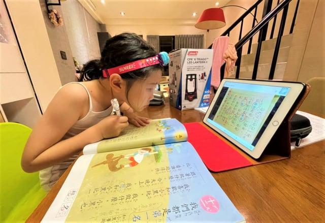 停課延長線上狀況多,家長擔心孩子長時間看電腦用眼過度。(市議員曾朝榮服務處提供)