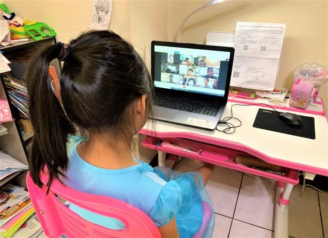 停課延長線上狀況多,家長擔心孩子長時間看電腦用眼過度。