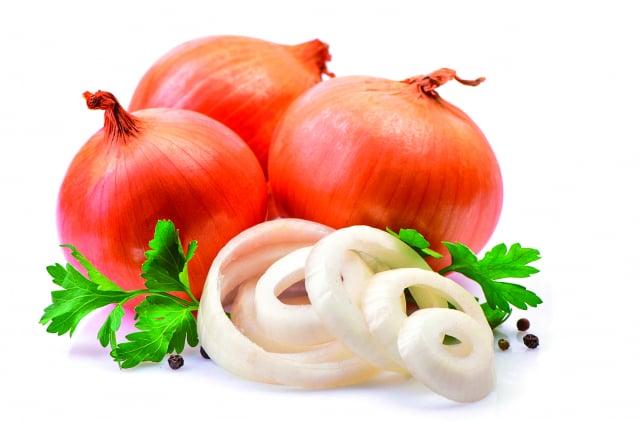 洋蔥含有降血壓的鉀,以及能擴張血管、減少血管阻力的前列腺素A,還有能降低血脂、穩定血糖波動、幫助排便的膳食纖維。(Shutterstock)