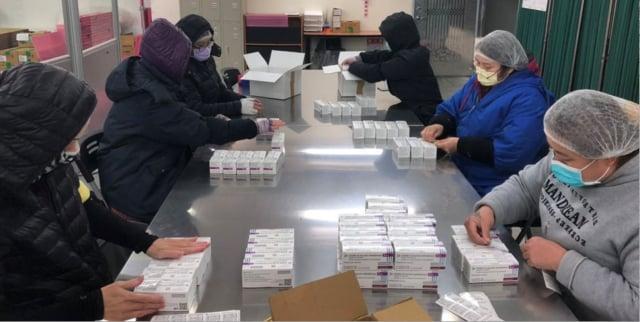 新北市這波分配到1.8萬劑AZ疫苗,侯友宜說,會先給醫護人員施打。(中央社)