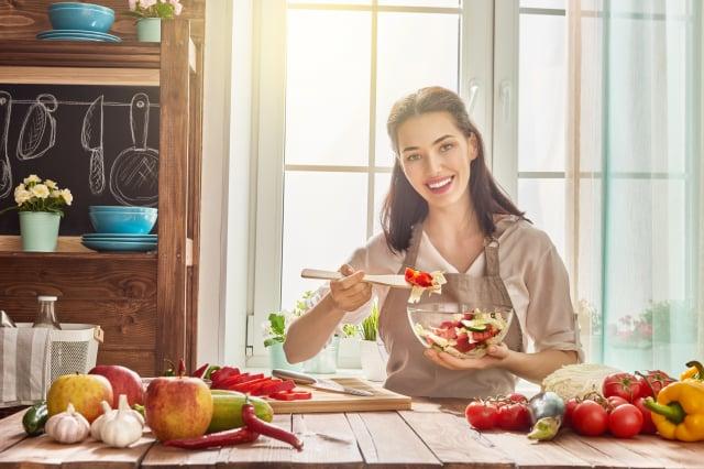居家防疫可以透過選擇食材減少攝取熱量。(shutterstock)