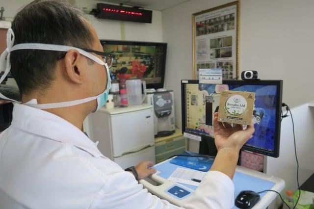 彰化醫院中醫主任馮天祥和住院患者視訊。(彰化醫院提供)