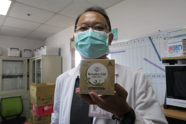 彰化醫院馮天祥手拿台灣清冠一號。