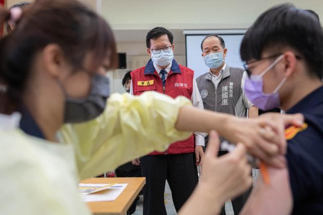桃園市長鄭文燦視察警察同仁接種疫苗情形。