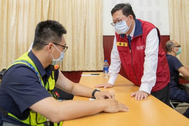 桃園市長鄭文燦視察警察同仁接種疫苗情形。(桃園市府新聞處 提供)