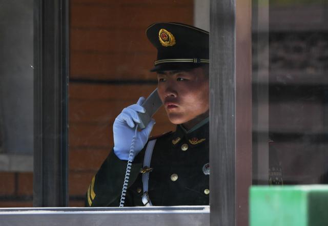 這些年,中國的法輪功學員因電話被監控遭綁架迫害的情況很普遍。示意圖。(GREG BAKER/AFP/Getty Images)