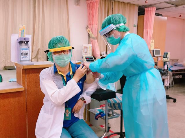 屏東縣4000劑中共病毒(武漢肺炎,COVID-19)疫苗,28日起為第一線醫護人員施打。(屏東縣政府提供)